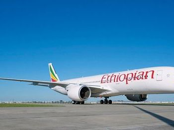 Vue d'un avion Ethiopian Airlines en vol